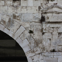 Fig. 17. Bridge of Augustus and Tiberius. A detail of the external wall casing. The lighter color ashlars are evidently the ones that were restored and have the mark of R 1976.