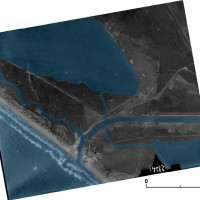 Fig. 10. The aerial photography (1933)  shows the situation of the mouth of the Rio Martino prior to the complete construction of the embankments. The white arrows indicate the ridge occupied by the villa (rendering L. Ebanista)