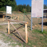 Fig. 4. Detail of a segment with gravel flooring and wooden railings indicating the itinerary of the site, as well as some information panels.